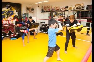 広島中区キックボクシングジム HADES WORK OUT GYM(ハーデスワークアウトジム) 広島市キックボクシングジム「ハーデス」キッズクラスのミット打ち